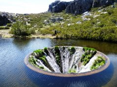 Водопад внутри озера в Португалии